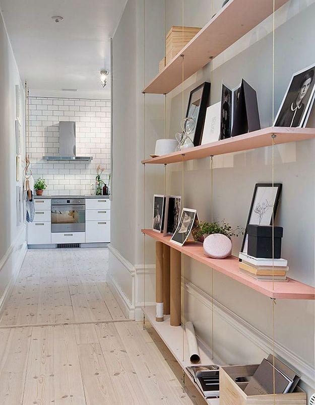 Parier sur des étagères design dans le couloir