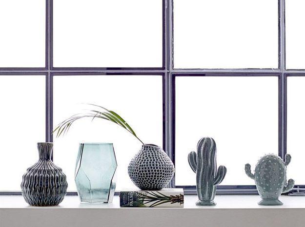 Un encadrement de fenêtre blanc accessoirisé par une petite déco tendance