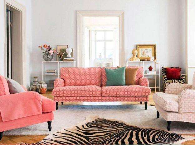 Un salon blanc qui met en valeur les assises colorées