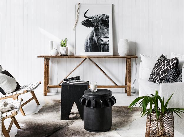 Un salon blanc rendu chaleureux grâce aux matériaux naturels