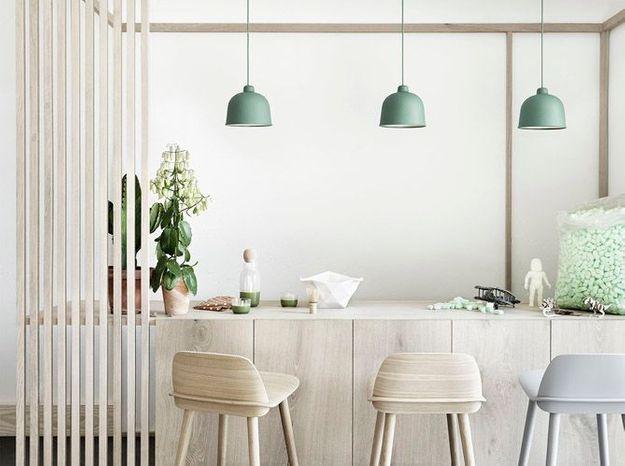 Une cuisine blanche qui décline le beige et le vert