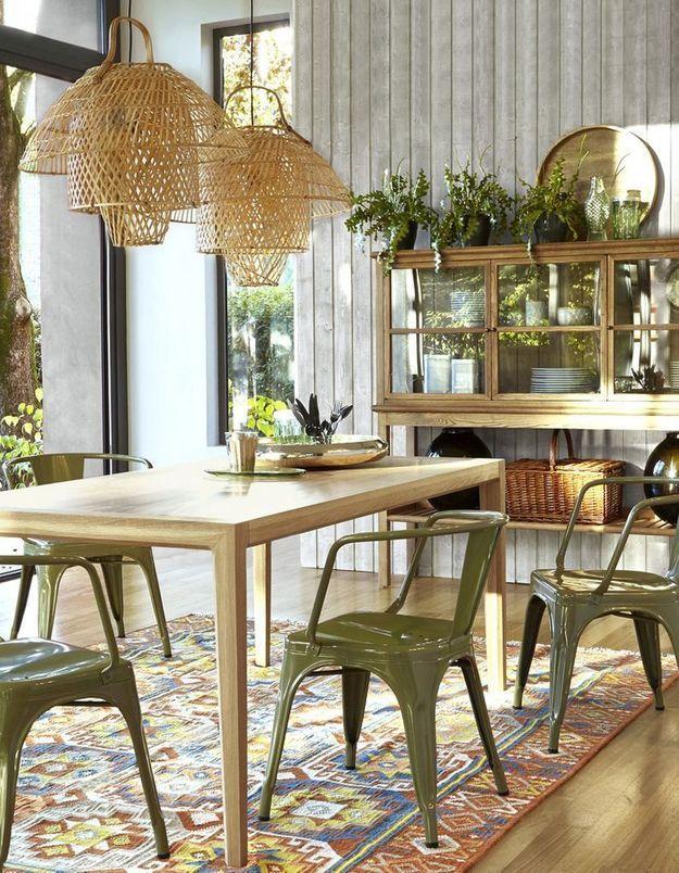 Une décoration végétale via des plantes disposées au-dessus des meubles