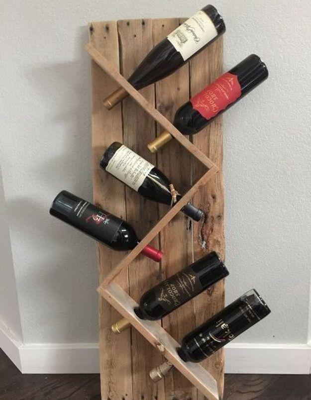 Palette de bois transformée en range-bouteilles