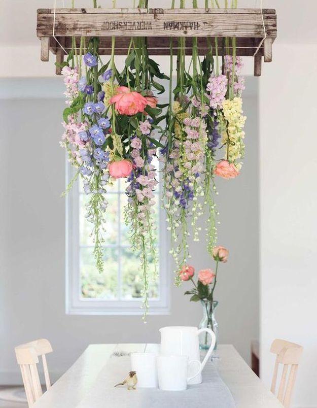 Palette de bois transformée en suspension florale