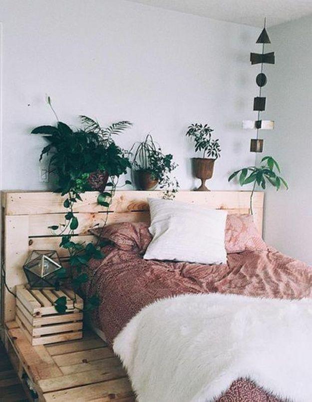 Palette de bois transformée en tête de lit