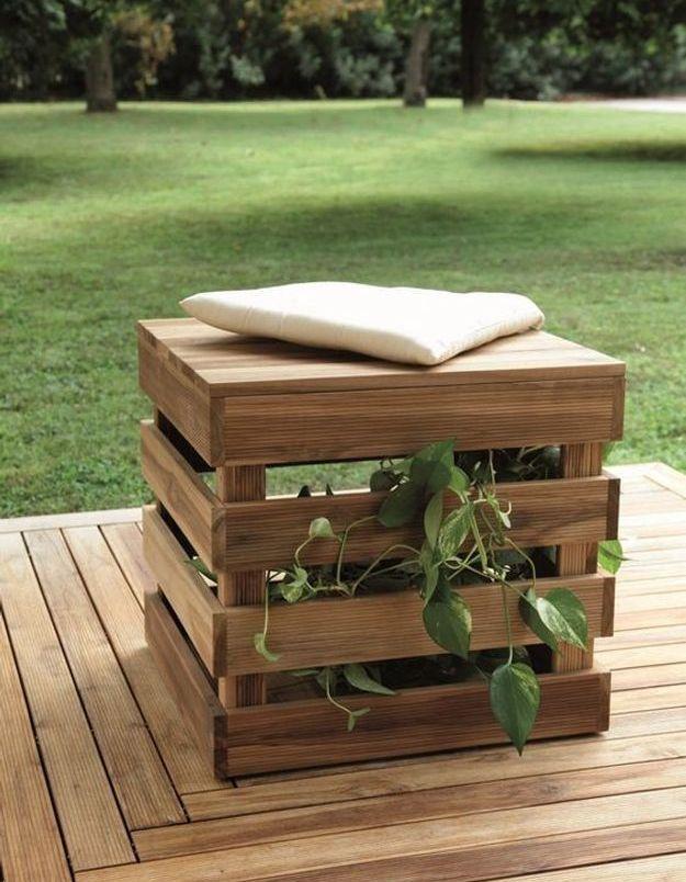 Palette en bois transformée en assise