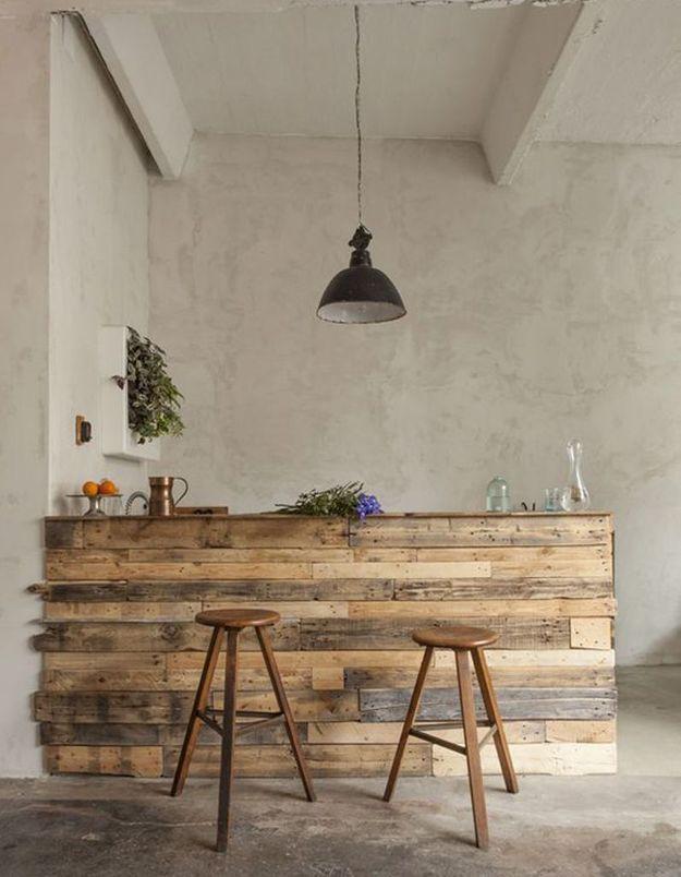Palette en bois transformée en bar de cuisine