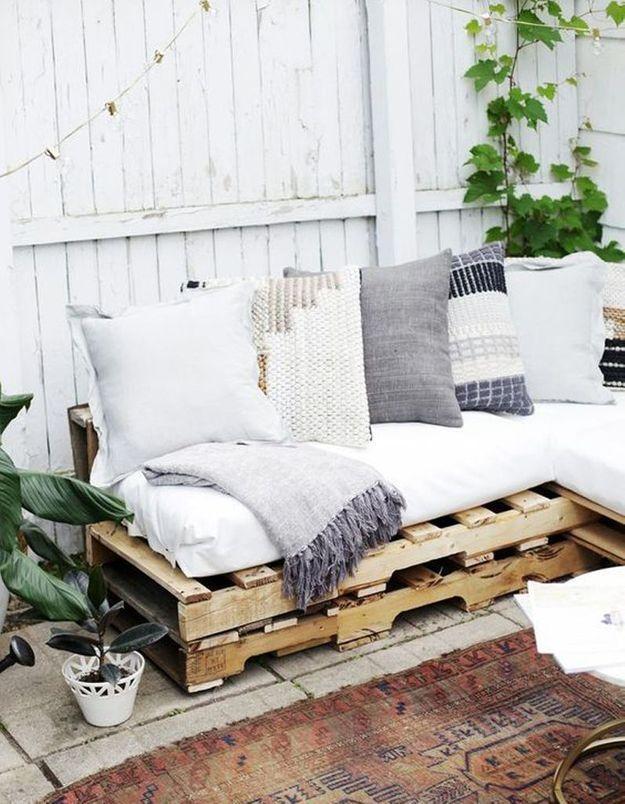 Palette en bois transformée en canapé outdoor