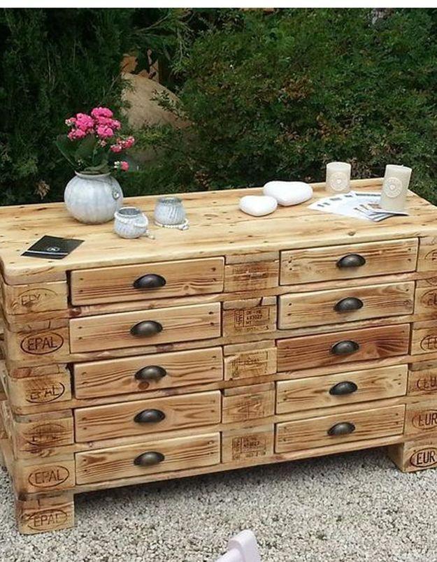 Palette en bois transformée en commode