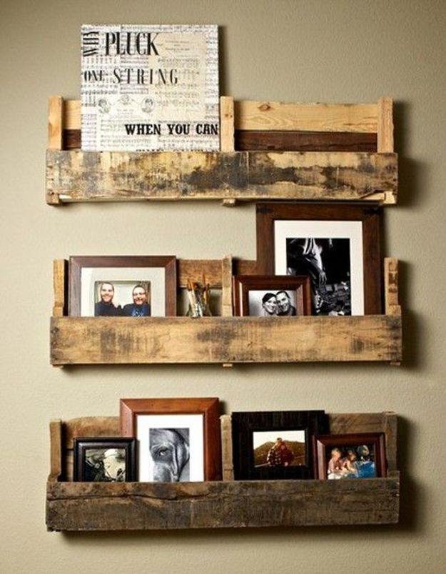 Palette en bois transformée en étagère à photos