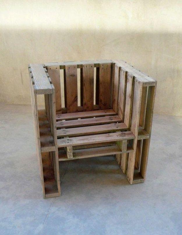 Palette en bois transformée en fauteuil