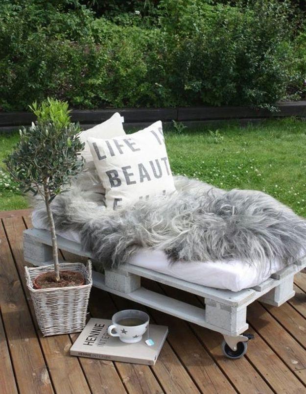 Palette en bois transformée en lit mobile