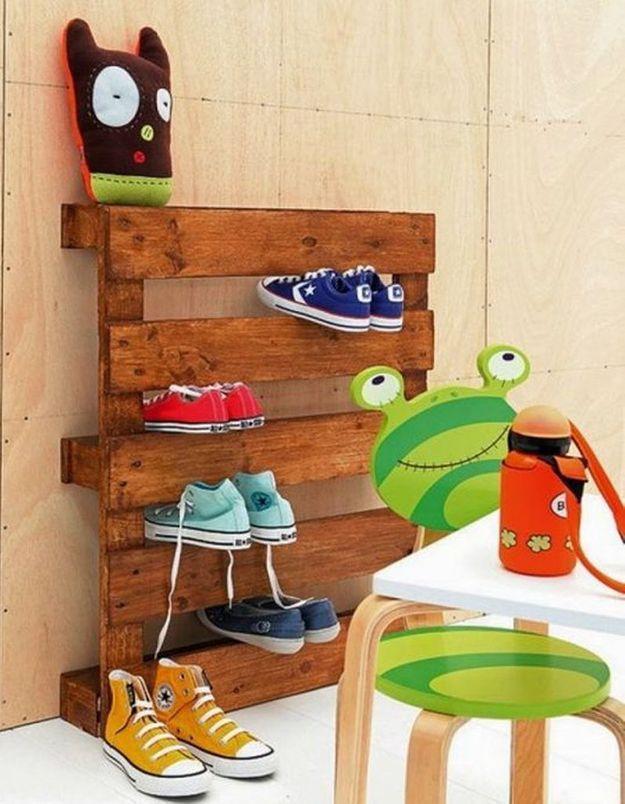 Palette en bois transformée en meuble à chaussures