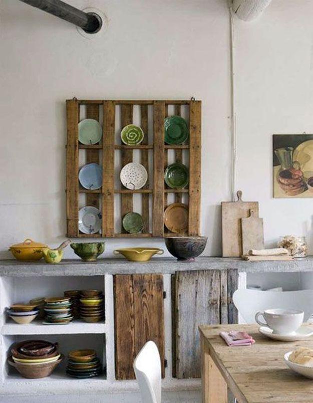 Palette en bois transformée en meuble à vaisselle
