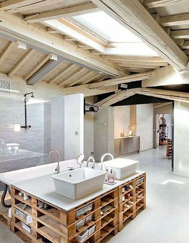 Palette en bois transformée en meuble de salle de bains avec multiples rangements