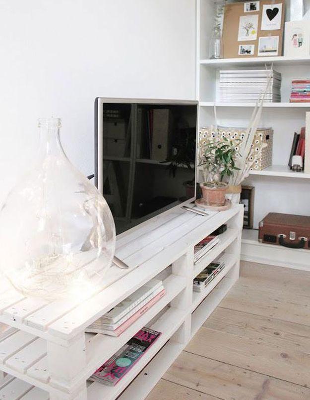 Palette en bois transformée en meuble télé