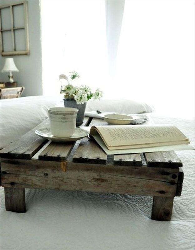 Palette en bois transformée en plateau