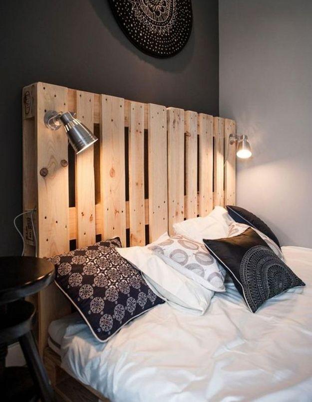 Palette en bois transformée en tête de lit lumineuse