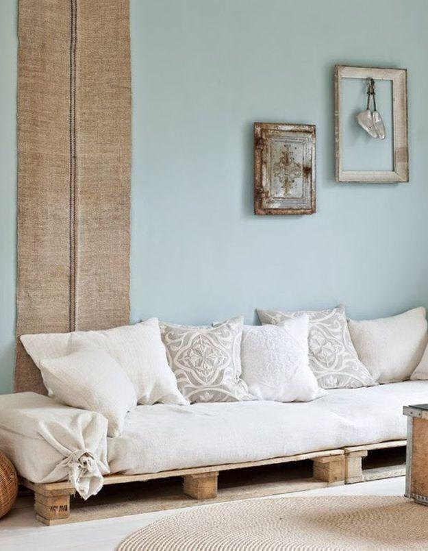 Palettes en bois transformée en canapé