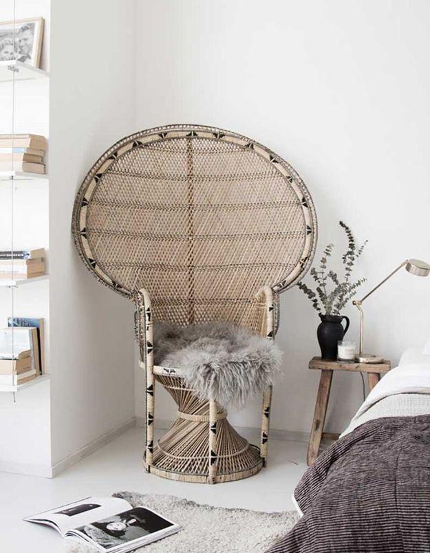 Un fauteuil Emmanuelle à motifs