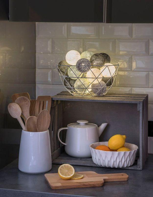 Une guirlande lumineuse dans une corbeille à pain ou à fruits