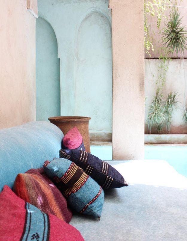 Accumuler les coussins kilim sur le canapé