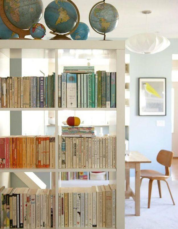 Créez une étagère remplie de livres en guise de séparateur d'espace