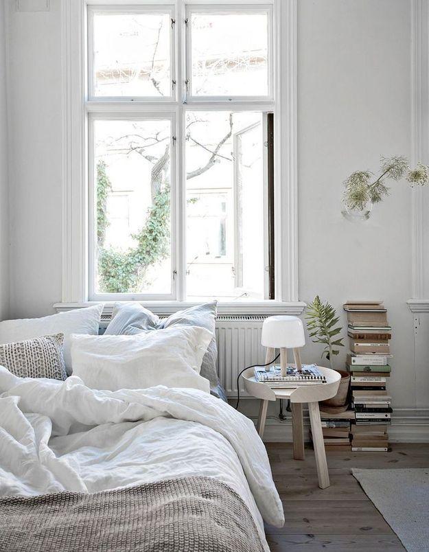 Disposez des piles de livres contre le mur en alternant dos et gouttière