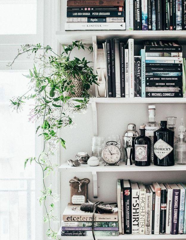 Disposez vos livres à l'horizontale et à la verticale sur des étagères dont un niveau sera habillé de petite déco