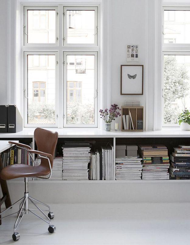 Glissez vos livres et magazines dans des caissons muraux installés sous les fenêtres