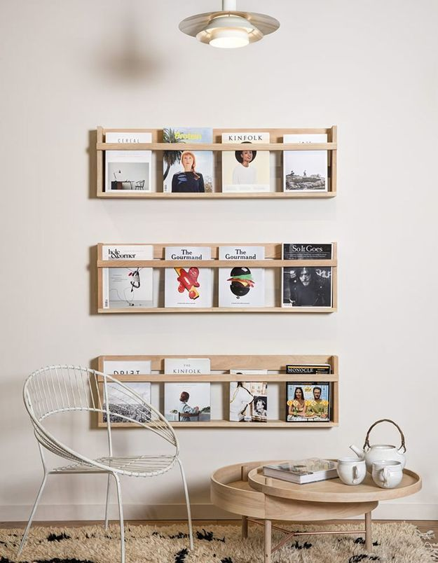 Ranger vos magazines dans des présentoirs muraux en bois clair
