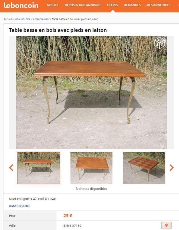 Une table basse en bois avec pieds en laiton dans le Centre