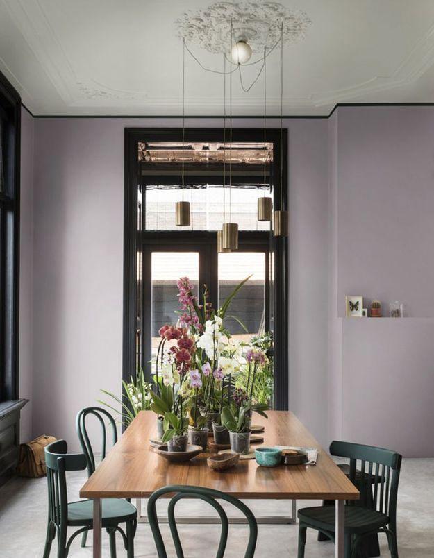 Un plafond gris pour apporter du style sans étouffer la pièce