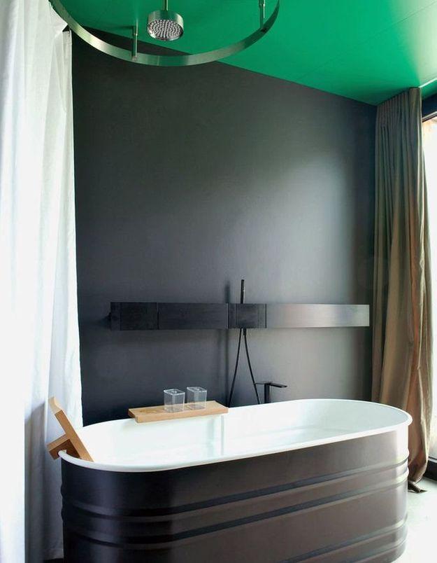 Un plafond vert et des murs noirs pour une pièce toute en contraste