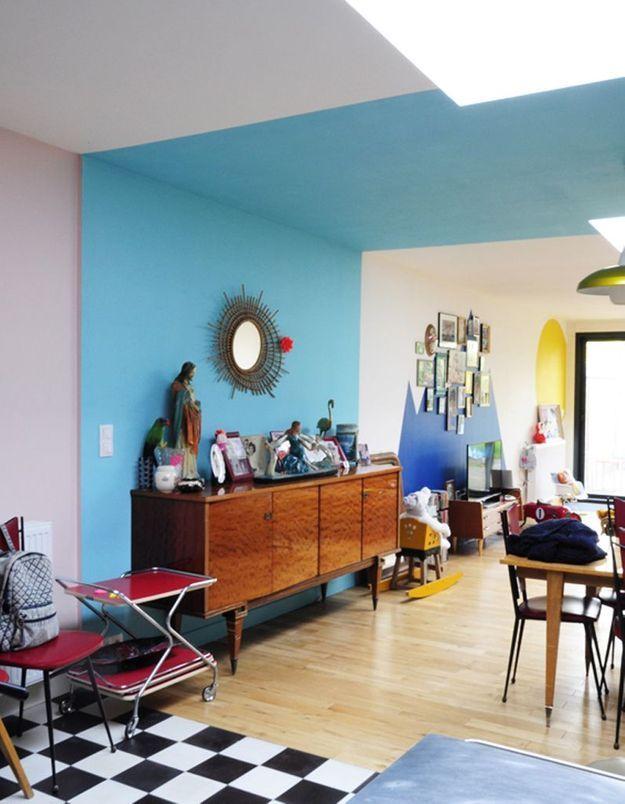 Une bande bleue du sol au plafond pour rythmer une grande pièce