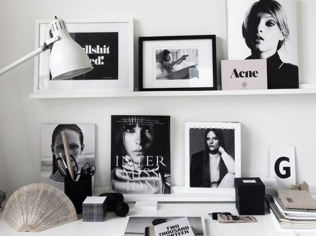 Installez une décoration noire et blanche sur le bureau