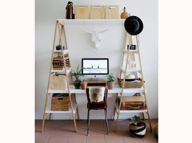 Posez votre table de travail sur des étagères