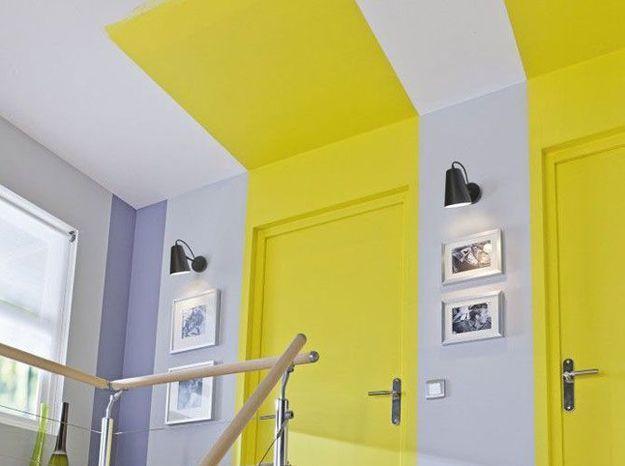 Dans un couloir: une bande de peinture