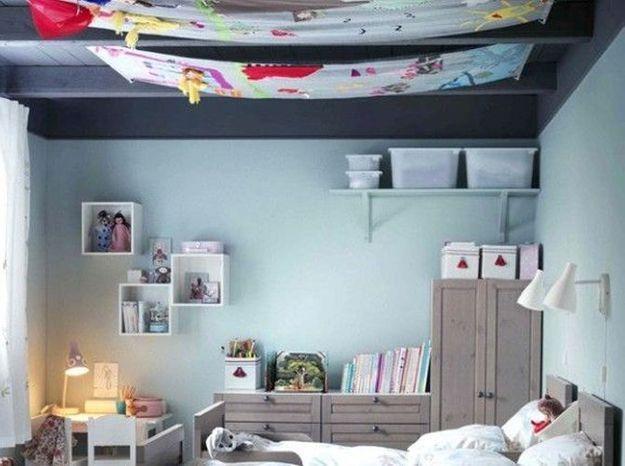 Dans une chambre d'enfant: des toiles suspendues