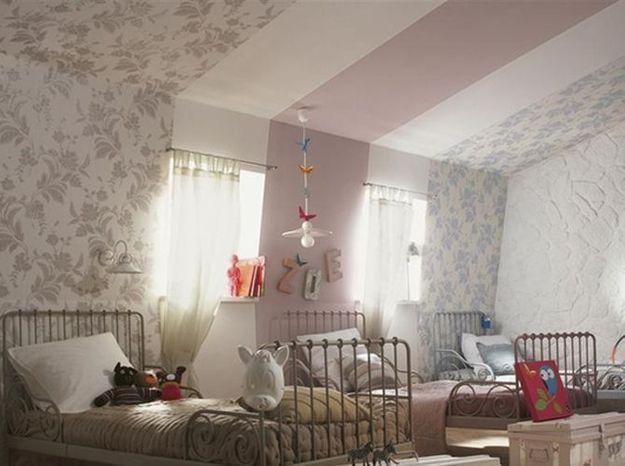 Dans une chambred'enfant : plusieurs lés de papier peint