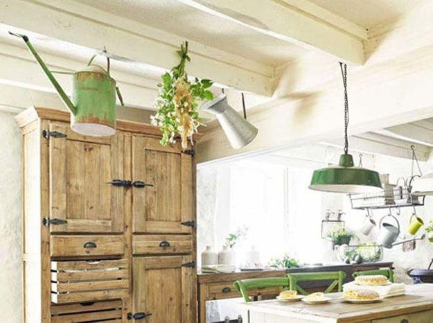 Dans une cuisine : des éléments de décoration suspendus