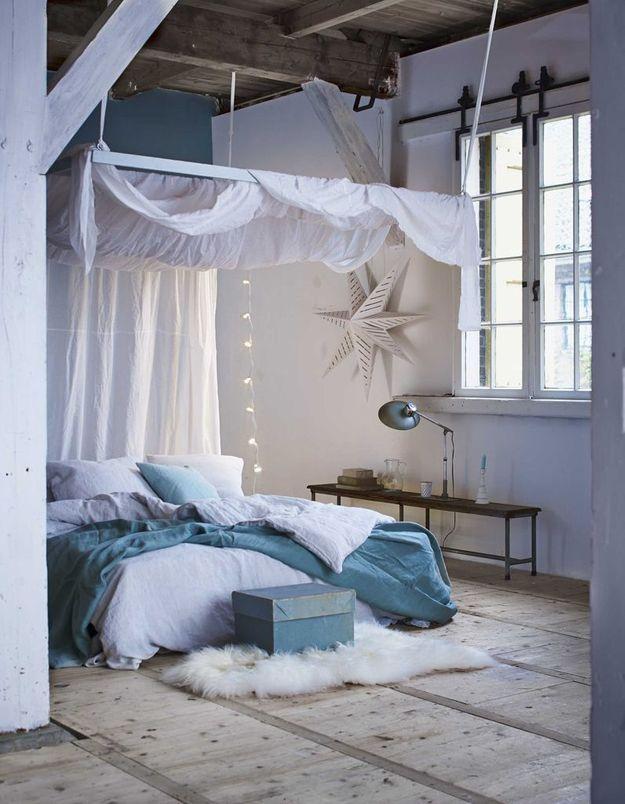 Poutres en bois brut + ciel de lit suspendu = une chambre tellement cocooning