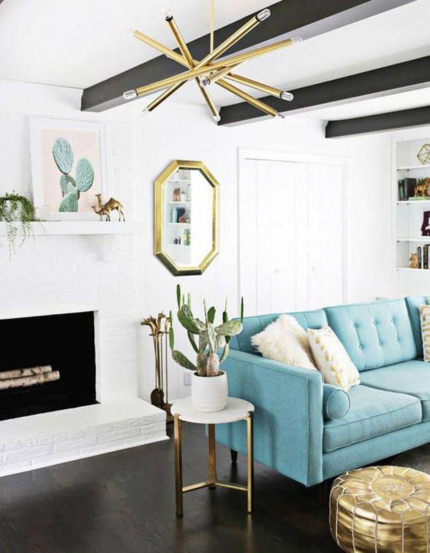 Poutres en bois repeintes en noir + plafond blanc = une idée originale
