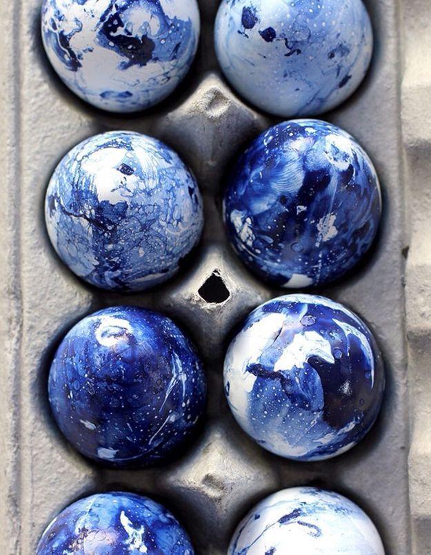 Une décoration d'œufs de Pâques marbrée