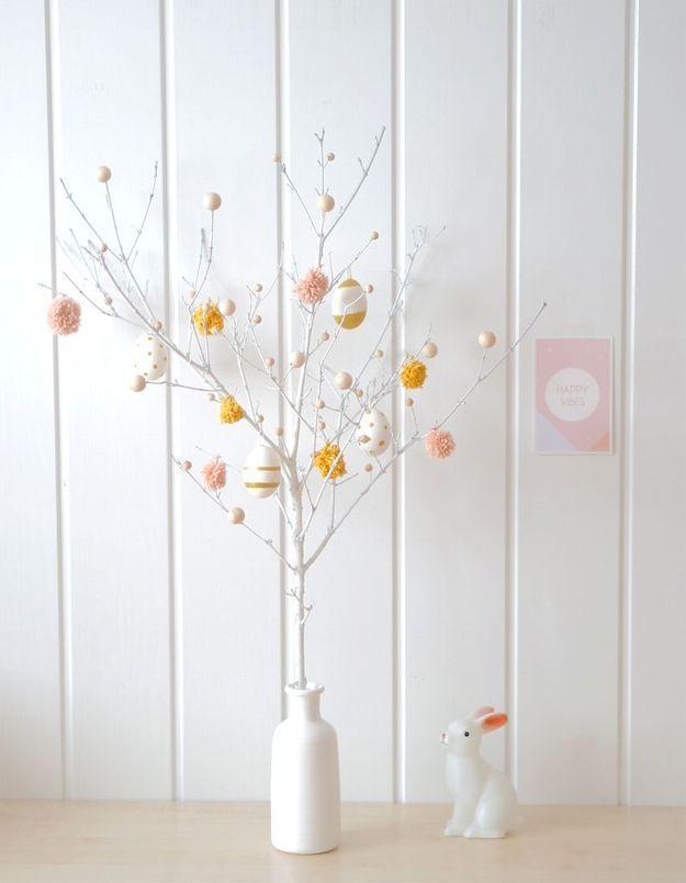 Une décoration d'œufs de Pâques façon arbre de Pâques