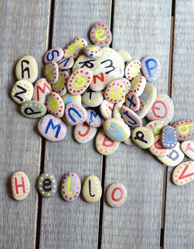 Reconstituer l'alphabet via des galets repeints