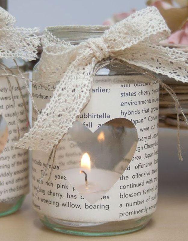 On recycle ses anciens livres pour créer des bougeoirs