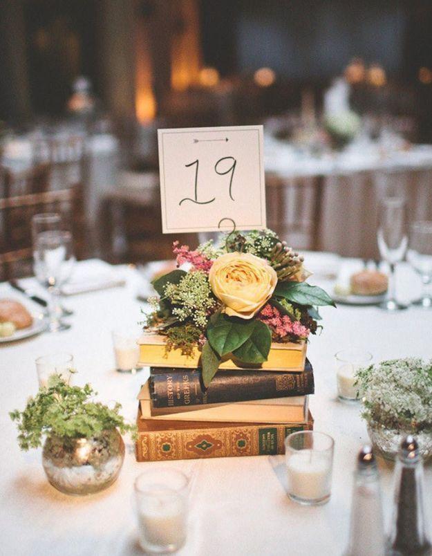 On recycle ses anciens livres pour créer un centre de table pour un mariage