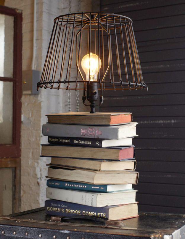On recycle ses anciens livres pour créer une lampe de chevet