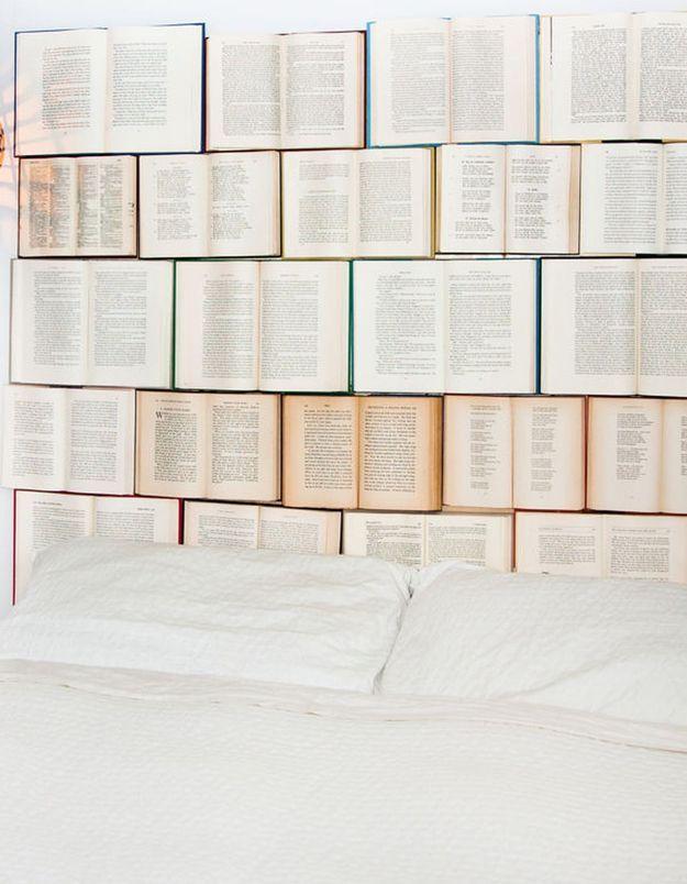 On recycle ses anciens livres pour créer une tête de lit